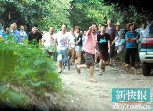 村民们叫嚣着驱赶记者及执法人员。