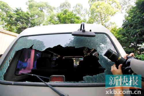 在采访的过程中,佛山电视台采访车的车窗被砸了个大洞。