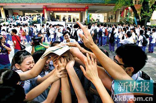 高考第一天,广州市第七中学等待进场的考生互相鼓劲。新快报记者孙毅/摄