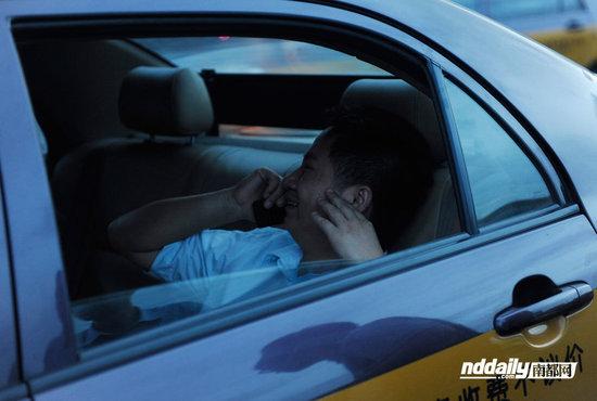 同为出租车司机的朱先生,其得知弟弟遇难,十分悲痛。南都记者 吴进 摄