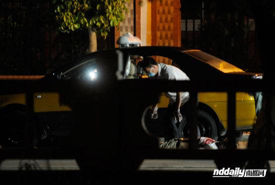 9日凌晨1时多,在中山火炬开发区东镇大道香晖园小学门口,一辆载有客人的出租车被2辆摩托车4男子逼停。