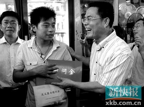 昨日下午,天河区向见义勇为的周冲发放慰问金。 新快报记者王小明/摄