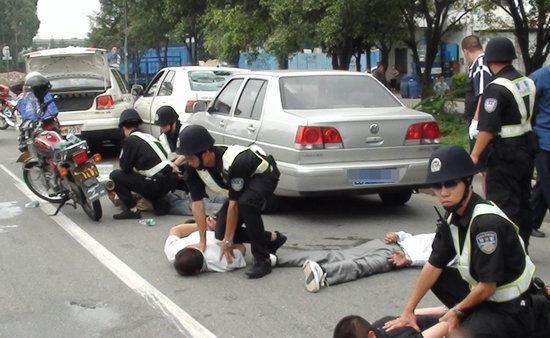 """佛山顺德大良昨日上演警匪生死时速。4名嫌犯开小车逃窜,警车尾随其后,在碧桂路和龙洲路交界处,警车撞向小车将其逼停,并鸣枪示警两次,遂将4人抓获,现场目击网友进行了微博直播。大良派出所官方微博@凤城警察傍晚发布微博,称被抓4人涉嫌以""""拾钱平分""""方式骗群众钱财。图片来自@凤城警察"""