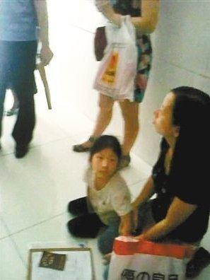 一深户母亲带孩子跪求小一学位。视频截图