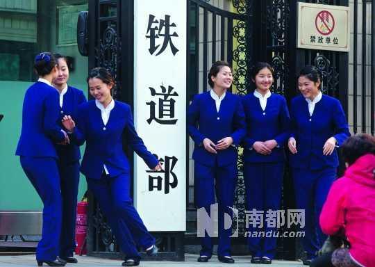 穿着蓝色制服的铁道部工作人员在铁道部门前