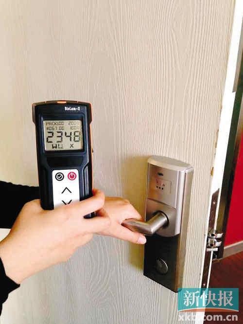 记者测试的汉庭酒店门把手细菌总数高达2348RLUs。
