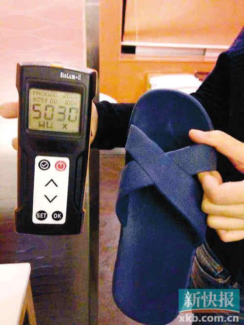 记者测试的岭南佳园酒店胶拖鞋细菌总数高达5030RLUs。