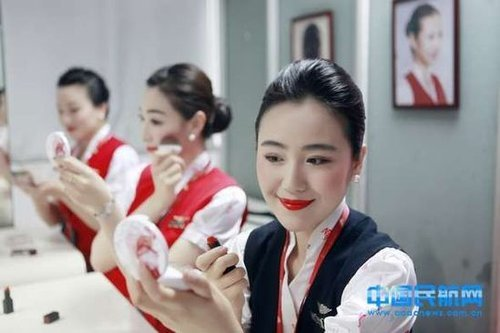 """深航空姐""""流光溢彩""""妆""""雷""""翻网友"""