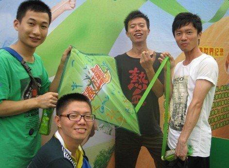 康师傅绿茶成功创造世界纪录 世界上最多人参与彩绘的串式风筝