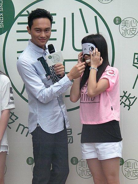 张智霖在活动上喂女粉丝食月饼