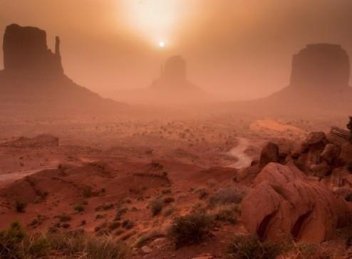 日出时分沙尘暴中的纪念碑谷