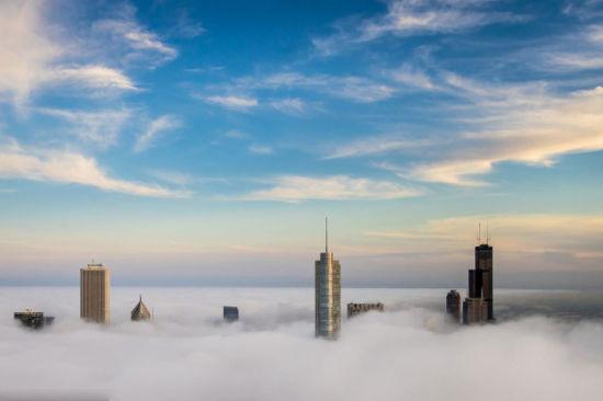 """""""天空之城"""":300米高空拍高楼直插云雾奇景"""
