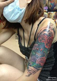 纹身个性女郎