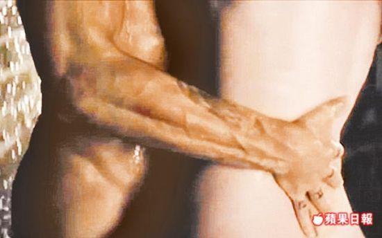 布兰妮(右)与崔威克在《爱情罪犯》MV全裸