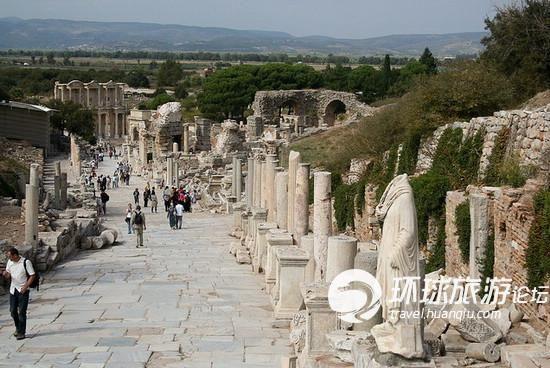 哈德良神庙(Temple of Hadrian)是典型柯林斯式神庙的代表,哈德良为当时的罗马皇帝,他曾几次来过以弗所,公元128年,他准许在此为他建造神殿,内墙廊柱上有不同神话人物的雕刻,一侧属于希腊时代,另一侧刻划着亚马逊(Amazon)女人国的人物。内墙正面的雕像是蛇发女妖美杜莎(Madusa),取其强悍特质来保护此庙。   大会堂(Basilica)是一座典型的罗马建筑,长160米,位于市集广场的北部,有一个大殿和三个通道。大会堂里装饰的爱奥尼亚列柱和象征权利的公牛头,建于公元前1世纪。大会堂被