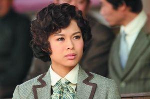 胡杏儿在《跑马场》里饰演女记者