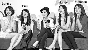 为节目配旁白的苏玉华(中)日前与《盛女爱作战》其中4位盛女 Bonnie、 Suki、 Mandy及 Florence为节目做宣传