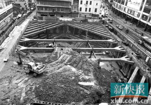 ■4月19日下午,地铁一德路站工地在冒雨施工。 新快报记者毕志毅/摄