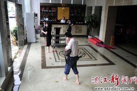 赤坎迎宾馆里的御海湾酒店大堂成了一片水塘