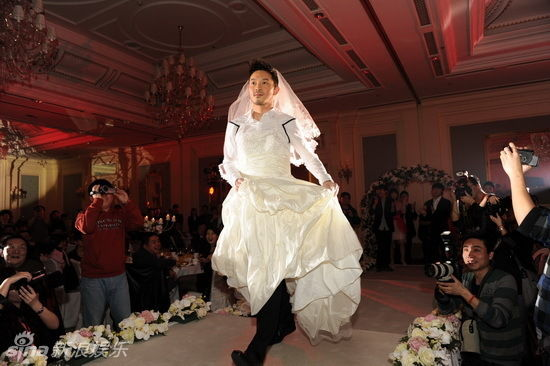 沙溢穿婚纱亮相