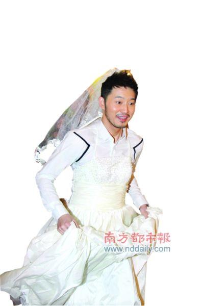 沙溢穿婚纱显雷人