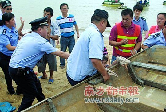 渔民阻拦执法人员拉走木船。南都记者高志远摄