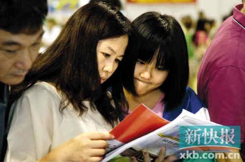 ■昨日,广州市中考招生咨询会在琶洲展馆举行,咨询会现场异常火爆。新快报记者 夏世焱/摄