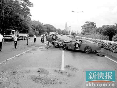 ■的士被跑车撞得四脚朝天。
