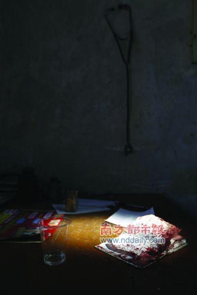 一本沾有血迹的本子留在福和镇合益村卫生站的看病桌上。