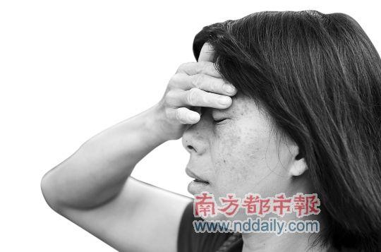昨日,因不满凶手被判死缓,被害女童妈妈来到江门检察院递交抗诉申请。南都记者 陈奕启 摄