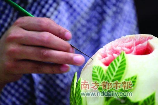 巧手保安 西瓜雕花