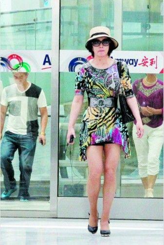 刘晓庆装嫩穿超短裙秀美腿 扮相直逼90后美女(图)图片