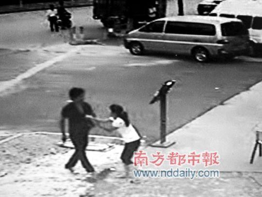 龚某文与前女友拉扯了太约30秒。 记者陈文才摄(翻拍)