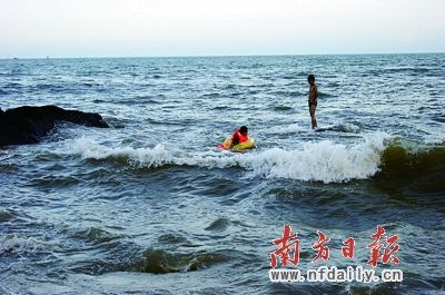 游泳男子被困海中礁石