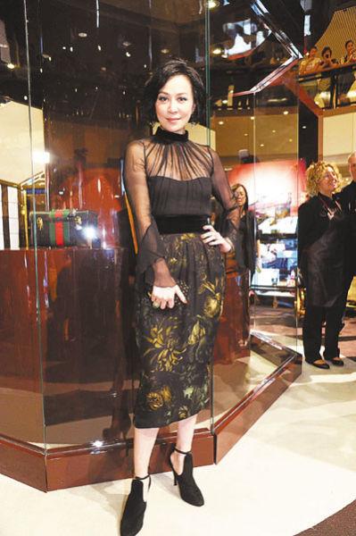刘嘉玲刚主持完上海3间夜店开幕礼返港,心情不俗
