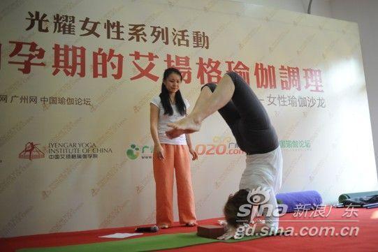 70岁高龄的老人在舞台上做出各种瑜伽的高难度提示