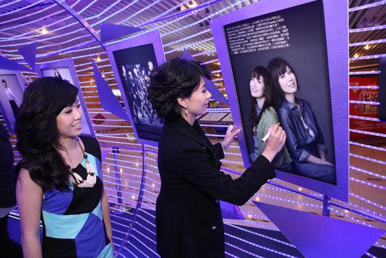 我们最重要的日子 2013环球音乐文化展览正在花城汇购物中心北区室内圆形中庭展出,2月13日(年初四)下午,来自香港的音乐组合 Robynn & Kendy 光临花城汇购物中心,跟市民和歌迷见面拜年,在活动当天获得了由国际华语音乐联盟颁发的华语金曲奖-季度KTV热播新人奖,她们表达了2013年的新春愿望,继续专注音乐,创作多些作品,希望新的专辑能尽快与歌迷见面。   Robynn & Kendy 作为目前香港不多见的创作型及弹唱型二人女子组合,见证了80后的新音乐势力及新风气,她