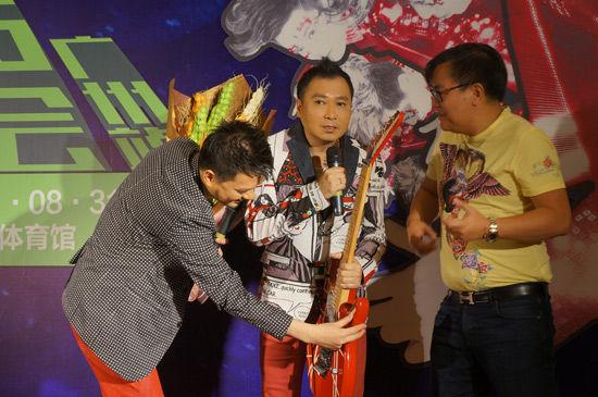 刘以达获赠和衣着非常搭配的吉他
