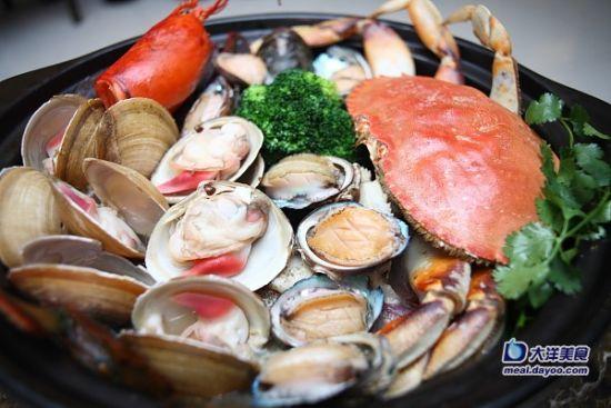 长脚蟹,红毛蟹,北极贝等,全都是游水的,生猛鲜甜。若是喜欢吃海鲜的朋友们,这样还不够过瘾的话,还可以选择打边炉。来一个环球游水海鲜大盘菜豪气十足,以秘制高汤为底,一条深海龙趸春,加拿大龙虾一只、游水北极贝八只、大连鲍鱼八只、美国珍宝蟹一只伴以西兰花冬瓜而上,真的太鲜美了。千万不要错过这场海鲜盛宴,让我们的味蕾舞动起来吧!(大洋网讯:图文/ soso)