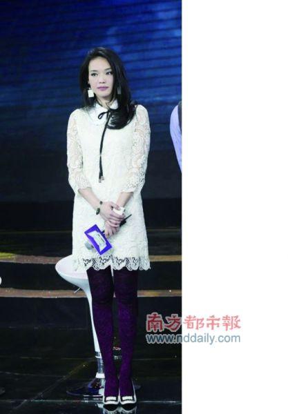 舒淇紫色花纹丝袜和蕾丝裙完全不搭