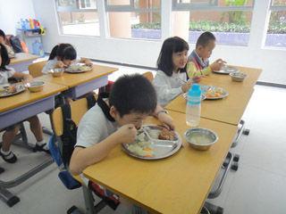 网曝小学午餐有蟑螂 校方:图与食堂菜不符