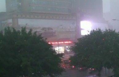 广州城突发八级阵风强雷暴雨袭击 一秒变黑夜