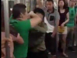 北京地铁太挤两男发生摩擦互殴