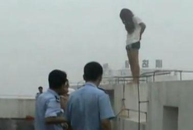 实拍女子跳楼获救反扇救援者耳光