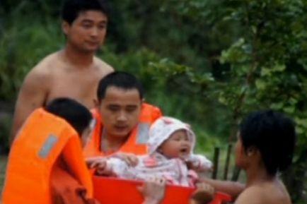 湖南暴雨消防员用澡盆转移婴儿