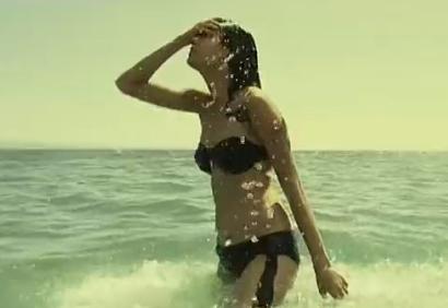 视频:翘臀女模海边湿身拍写真大片