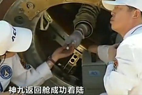 出舱前航天员向医护人员要润唇膏